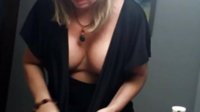 Chico afortunado golpea dos bellezas exóticas en la sexo anal por dinero playa