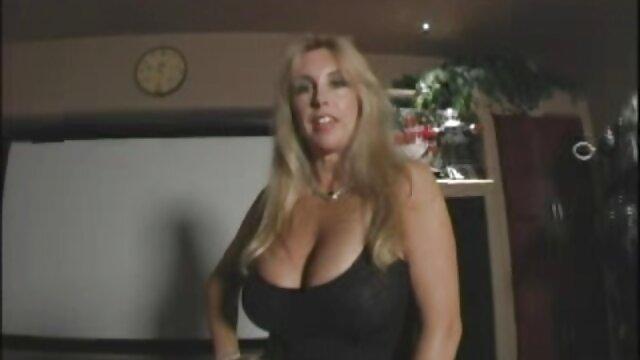 Jovencita entrena su suave coño con sexo por dinero casual todo a mano