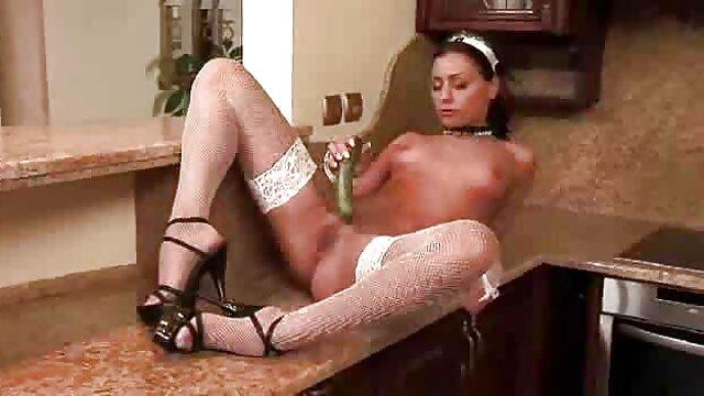 El masaje Nuru se convierte en sexo sexo por dinero en la calle real para Angela White y Kristen Scott
