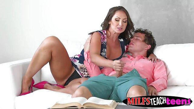 Pequeñas le da dinero por sexo lesbianas cachondas se besan