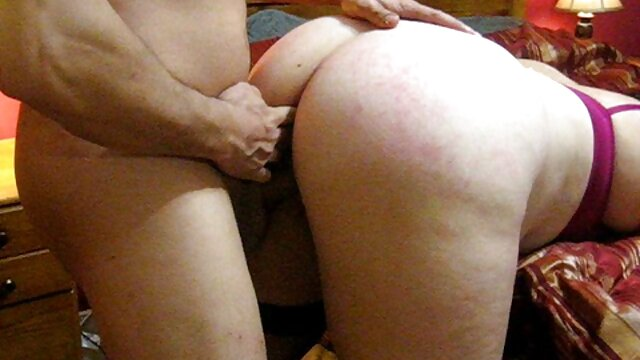 Tetona la servidumbre sub atado sexo casual por dinero a sofá para mierda